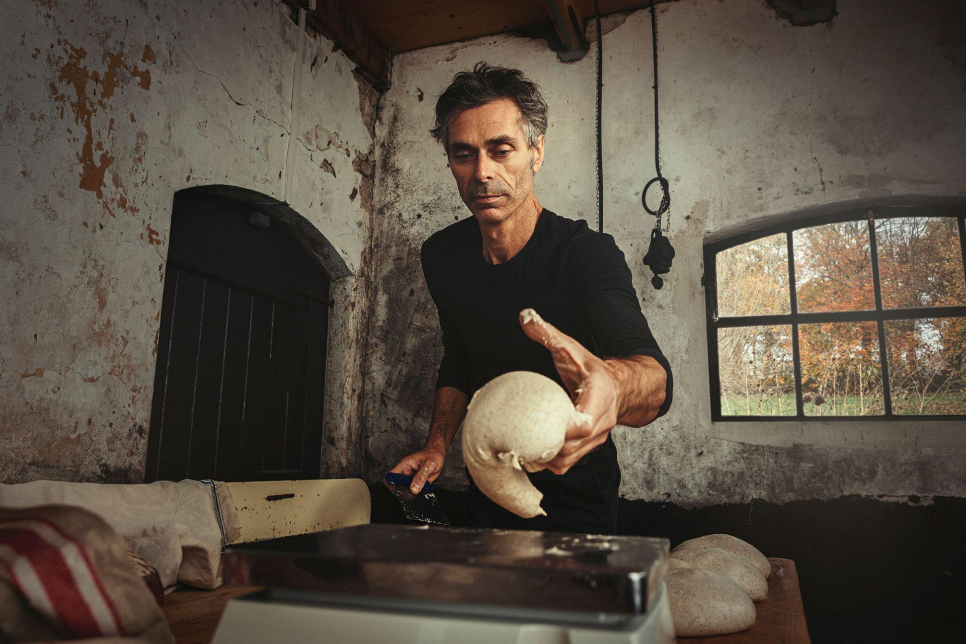Met veel passie maakt René van der Veer brood van het Ark van de Smaak product emmertarwe - Foto door Bibi Veth